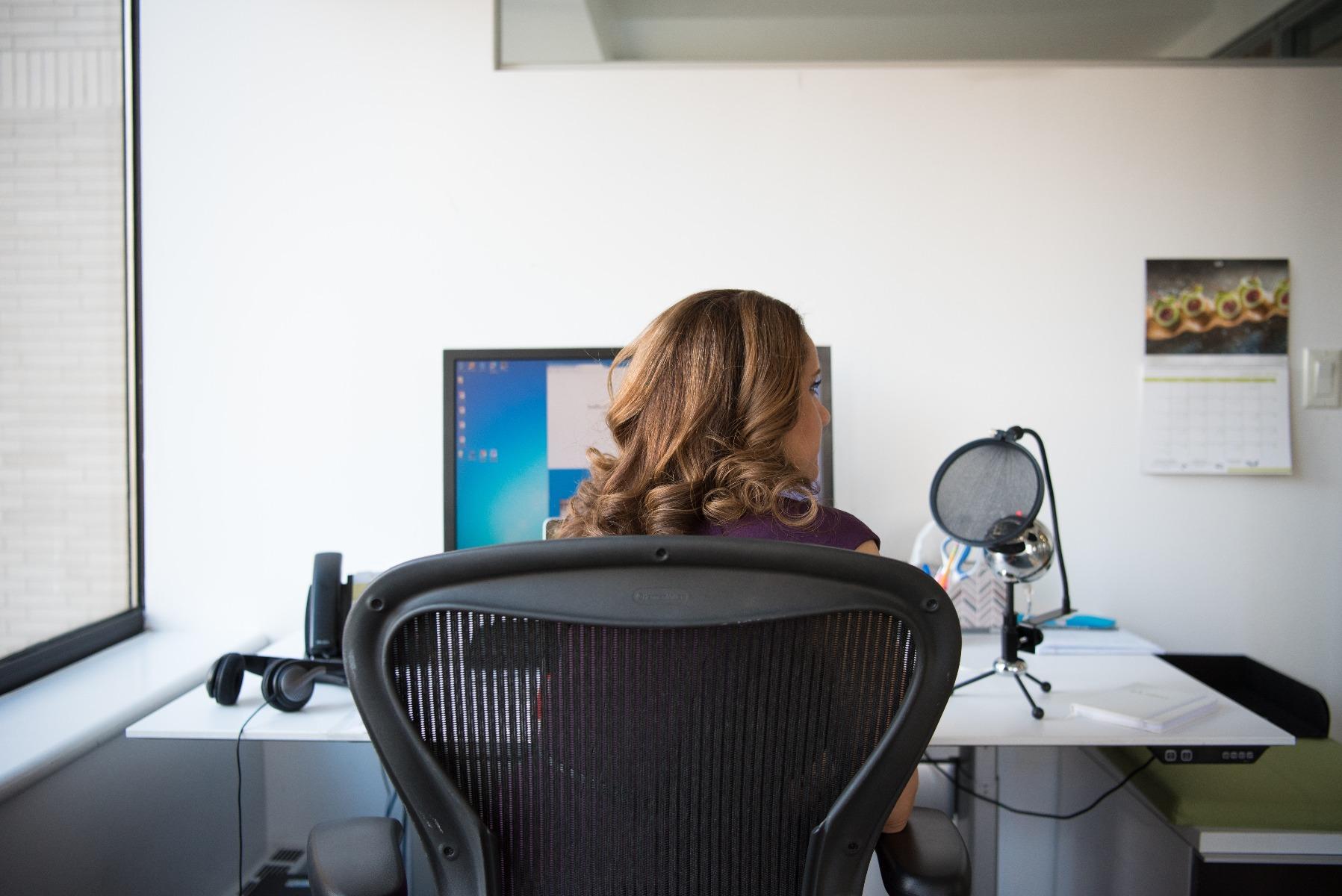 vrouw achter bureau